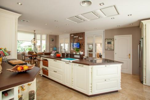 uniquie_detached_luxury_villa_in_elviria_kitchen_4