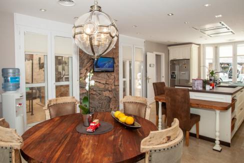 uniquie_detached_luxury_villa_in_elviria_kitchen_detail_table