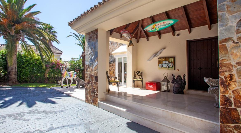 uniquie_detached_luxury_villa_in_elviria_main_entrance