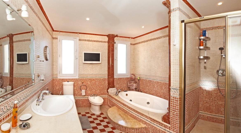 uniquie_detached_luxury_villa_in_elviria_masterbathroom