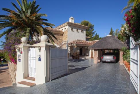 uniquie_detached_luxury_villa_in_elviria_outside_view