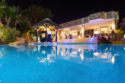 uniquie_detached_luxury_villa_in_elviria_pool_night