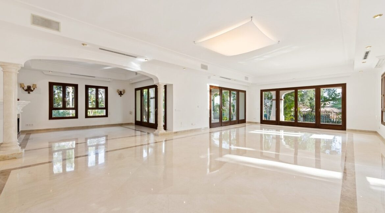 villa_for_sale_puerto_banus_top_location_living_room_fire_place