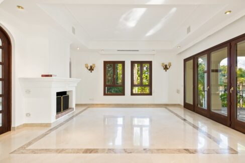 villa_for_sale_puerto_banus_top_location_living_room_fire_place_1