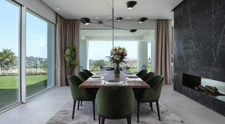 5 bedroom golf and sea view villa in El Paraiso Estepona Dinnertable