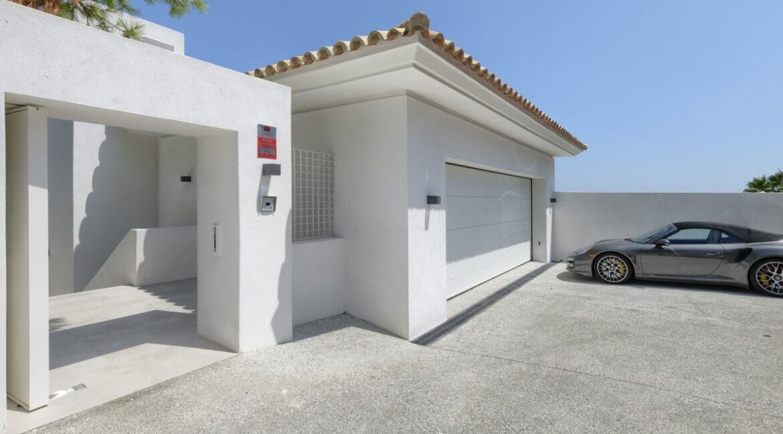 5 bedroom golf and sea view villa in El Paraiso Estepona Garage