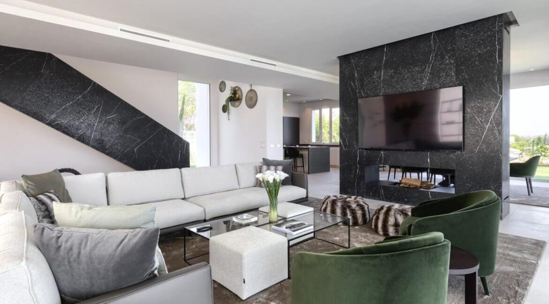 5 bedroom golf and sea view villa in El Paraiso Estepona Livingarea 2