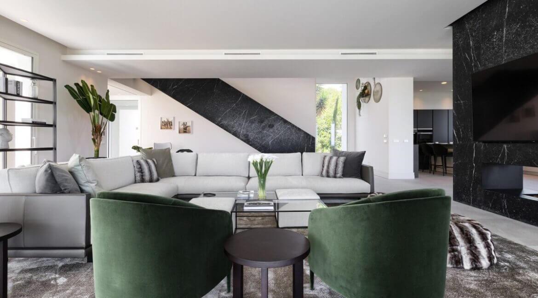 5 bedroom golf and sea view villa in El Paraiso Estepona Livingarea 3