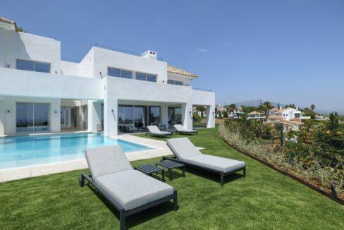 5 bedroom golf and sea view villa in El Paraiso Estepona Outside 1