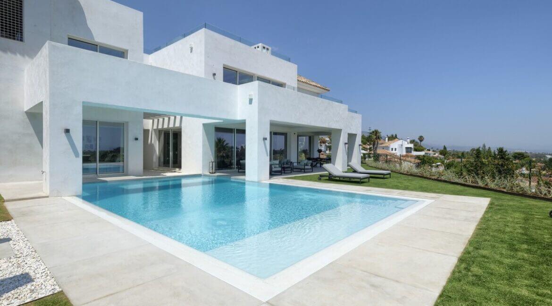 5 bedroom golf and sea view villa in El Paraiso Estepona Outside