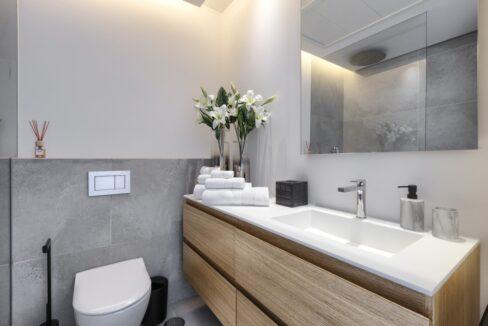 5 bedroom golf and sea view villa in El Paraiso Estepona bathroom 01