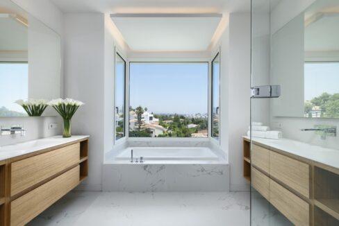 5 bedroom golf and sea view villa in El Paraiso Estepona bathroom 2