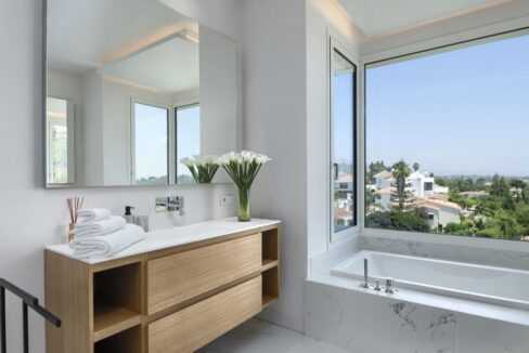 5 bedroom golf and sea view villa in El Paraiso Estepona bathroom 4