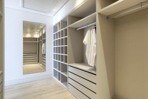 5 bedroom golf and sea view villa in El Paraiso Estepona dressingroom
