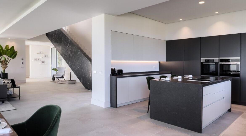 5 bedroom golf and sea view villa in El Paraiso Estepona kitchen