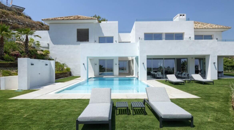 5 bedroom golf and sea view villa in El Paraiso Estepona swimmingpool